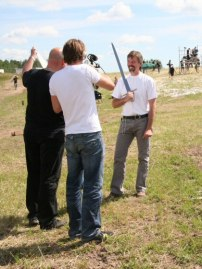 Петер Джонсон дает интервью на съемках фильма. В руках меч Арна.