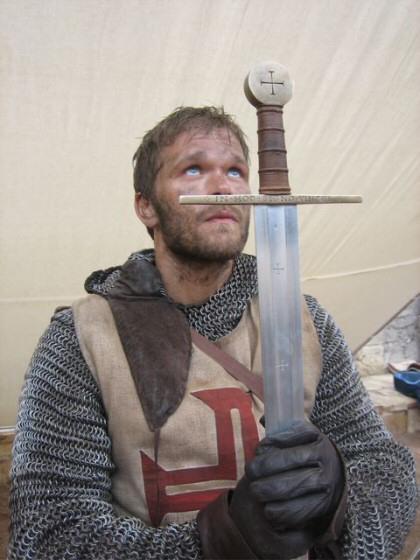 Йоаким Наттерквист в роли Арна. В руках знаменитый меч, изготовленный Петером Джонсоном.